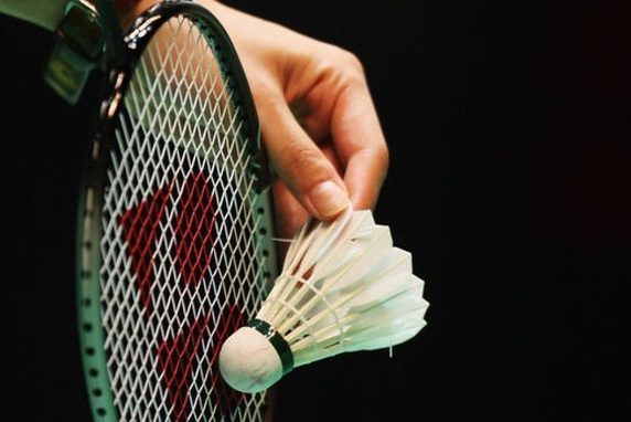 cara servis badminton
