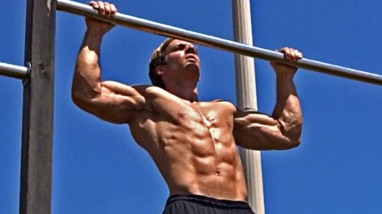 Melakukan pull up untuk pembentukan otot