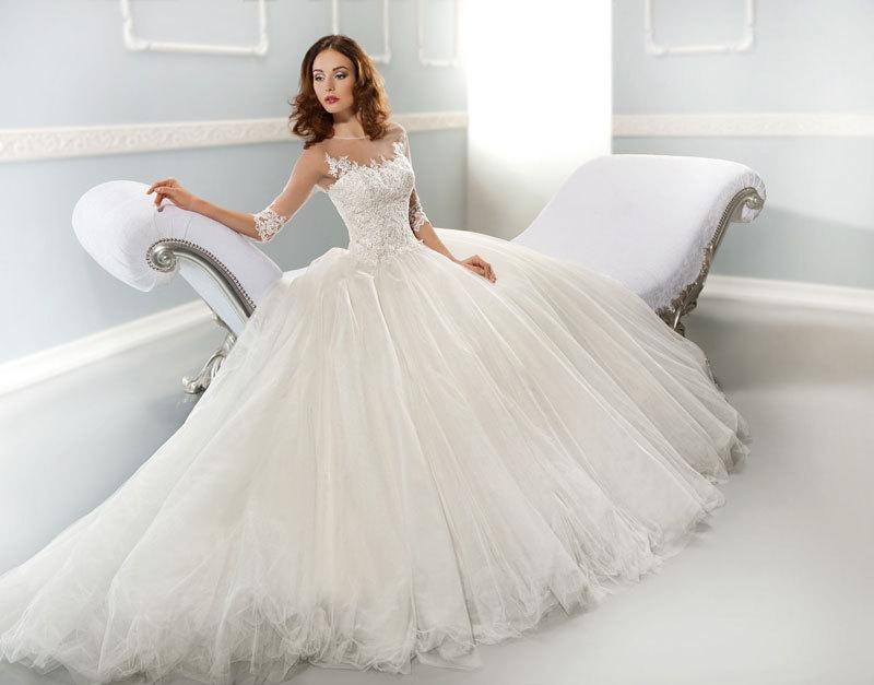 mempersiapkan pakaian pengantin