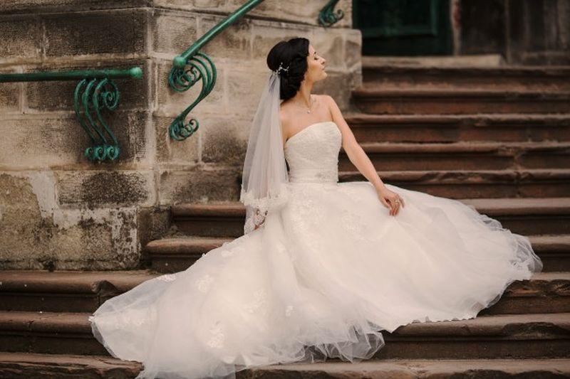 Kenapa Wanita Mau Menghabiskan Jutaan Rupiah Untuk Membeli Gaun