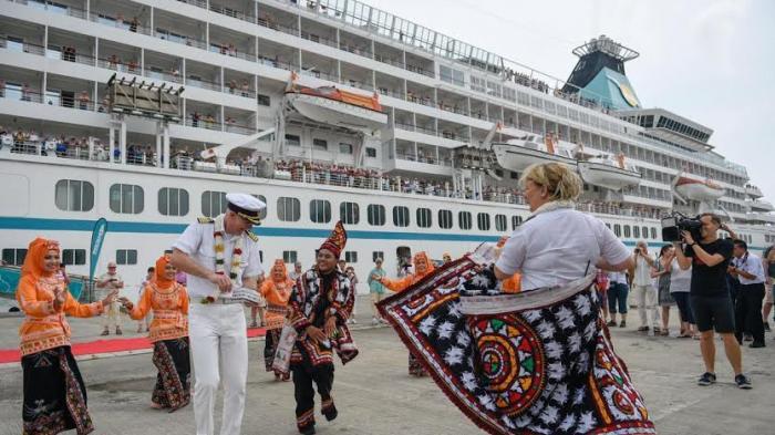 kapal pesiar disambut tarian indonesia