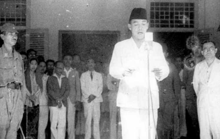 pembacaan teks proklamasi oleh Soekarno