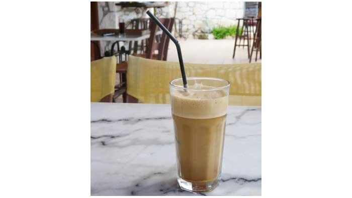 minum kopi dengan sedotan